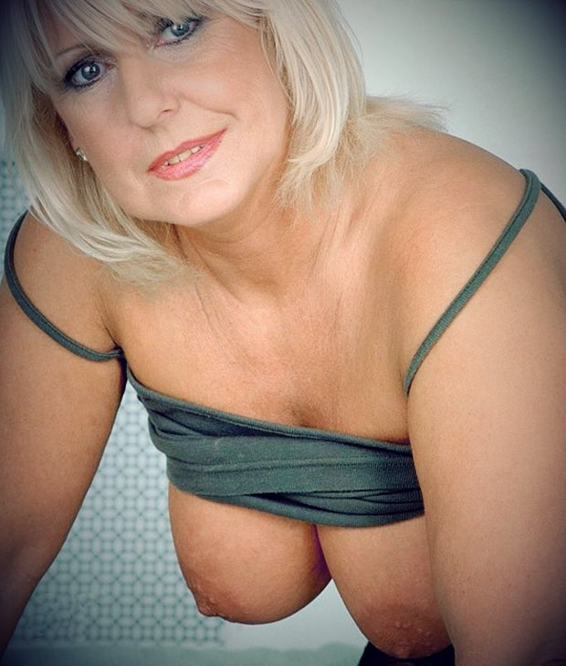 Séduction cougar de la part d'une femme mature à gros seins