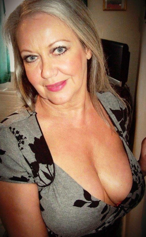 Rentrez dans la vie sexuelle débridée d'une femme cougar infidèle
