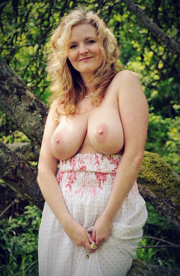 Viens sucer mes gros seins de cougar
