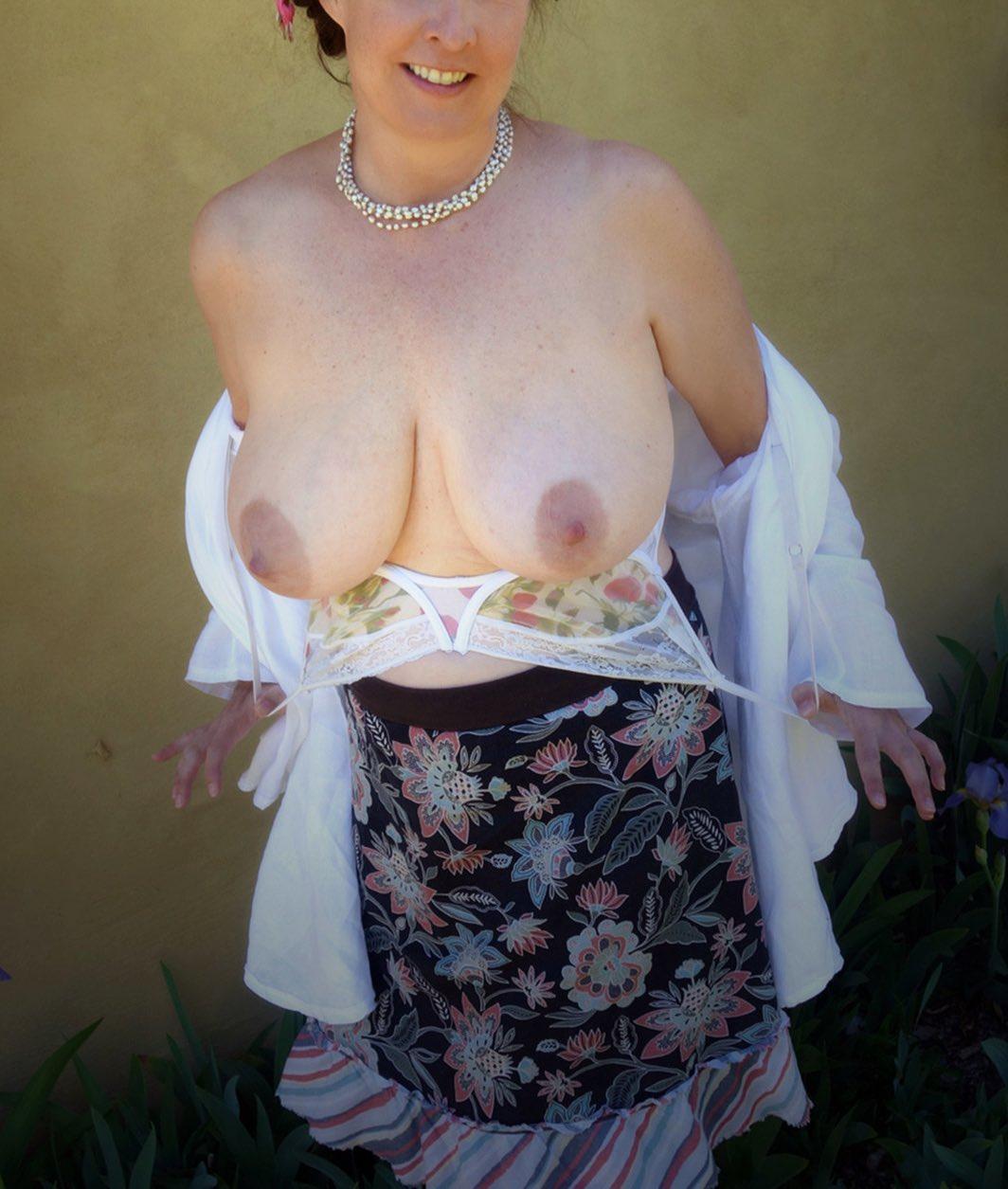 Les gros seins d'une jolie quadra qui aime le sexe