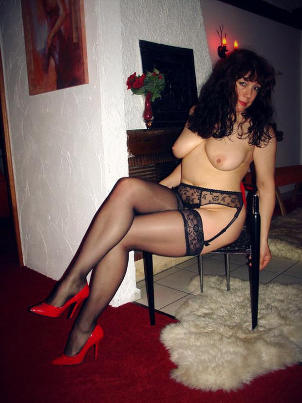 Une cougar sexy chez elle