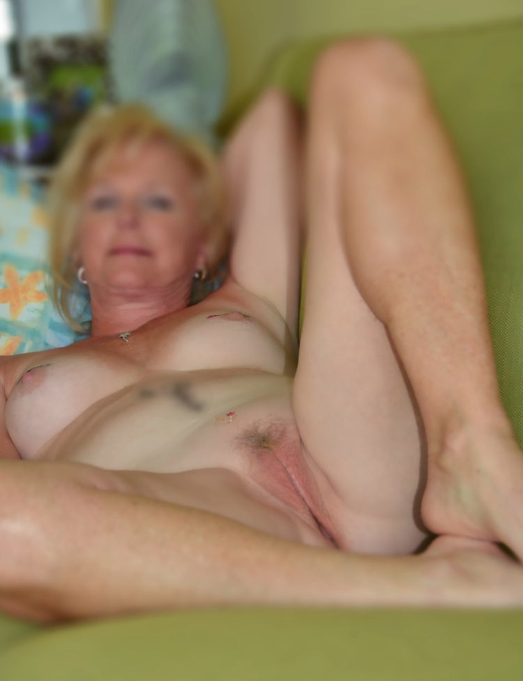 Jolie cougar blonde expose sa chate toute nue
